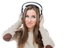 Retrato horizontal de la chica joven con los auriculares aislados Fotografía de archivo libre de regalías