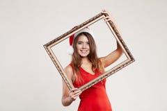 Retrato horizontal de la muchacha de la Navidad con el wrame en el fondo blanco Imagen de archivo