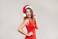 Retrato horizontal de la muchacha de la Navidad con la copa en el fondo blanco Imagen de archivo libre de regalías