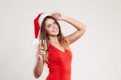 Retrato horizontal de la muchacha de la Navidad con la copa en el fondo blanco Foto de archivo libre de regalías
