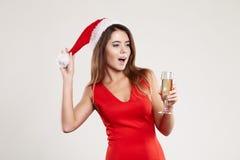 Retrato horizontal de la muchacha de la Navidad con la copa en el fondo blanco Fotografía de archivo