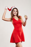 Retrato horizontal de la muchacha de la Navidad con la copa en el fondo blanco Foto de archivo
