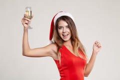 Retrato horizontal de la muchacha de la Navidad con la copa en el fondo blanco Fotos de archivo libres de regalías