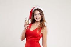 Retrato horizontal de la muchacha de la Navidad con la copa en el fondo blanco Imagenes de archivo