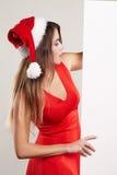 Retrato horizontal de la muchacha de la Navidad con la placa en el fondo blanco Fotografía de archivo