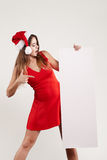 Retrato horizontal de la muchacha de la Navidad con la placa en el fondo blanco Fotografía de archivo libre de regalías