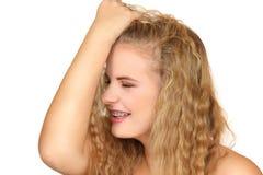 Retrato horizontal de la muchacha en un fondo blanco Fotografía de archivo