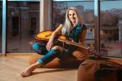 Retrato horizontal de la muchacha hermosa joven con la guitarra en manos Fotografía de archivo