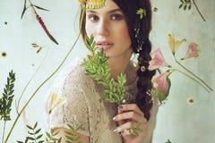Retrato horizontal de la mujer detrás de la pantalla con las flores Imágenes de archivo libres de regalías
