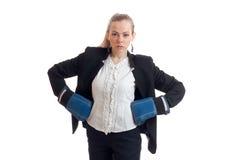 Retrato horizontal de louros bonitos em luvas de encaixotamento e de um revestimento do escritório com camisa Fotografia de Stock