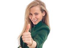 Retrato horizontal de louros bonitos que sorri mão dianteira dos estiramentos e mostra a classe do gesto Fotografia de Stock