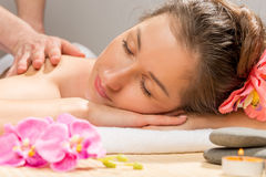 Retrato horizontal de um close up da jovem mulher uma massagem imagem de stock