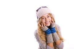 Retrato horizontal de un blonde joven hermoso en un sombrero del invierno Imagenes de archivo