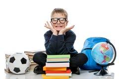 Retrato horizontal de un colegial alegre con los libros y el globo o Imagenes de archivo