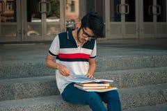 Retrato horizontal de un individuo hermoso joven con los libros Foto de archivo