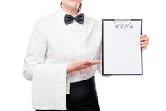 Retrato horizontal de una camarera con el espacio en blanco del menú en manos Foto de archivo libre de regalías
