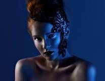 Retrato horizontal de una muchacha en luz azul Imagenes de archivo