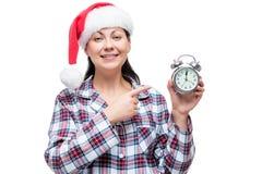 Retrato horizontal de una muchacha hermosa en un casquillo de Papá Noel Imagenes de archivo