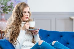 Retrato horizontal de una mujer joven hermosa con una taza de cof Foto de archivo libre de regalías