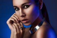 Retrato horizontal del primer de la muchacha en luz azul Imagenes de archivo