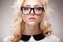 Retrato de las lentes que llevan de la mujer rubia Fotografía de archivo