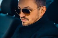 Retrato horizontal del varón de moda caucásico adulto con el sol Imagen de archivo