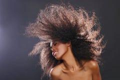 Retrato imponente de una mujer negra afroamericana con la ha grande Imágenes de archivo libres de regalías