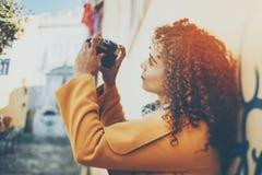 Retrato inclinable del cambio del fotógrafo de sexo femenino Imagenes de archivo