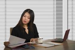 Retrato incorporado da empresa do trabalho chinês asiático bonito e ocupado novo da mulher ocupado na mesa moderna do computador  imagens de stock
