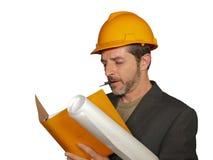 Retrato incorporado do coordenador industrial novo ou do arquiteto atrativo e bem sucedido no capacete do construtor da segurança imagem de stock