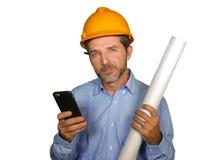 Retrato incorporado do coordenador industrial novo ou do arquiteto atrativo e bem sucedido no capacete do construtor da segurança imagem de stock royalty free