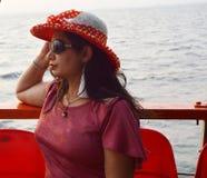 Retrato indiano bonito das mulheres que senta-se no barco fotos de stock