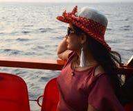 Retrato indiano bonito das mulheres que senta-se no barco foto de stock royalty free