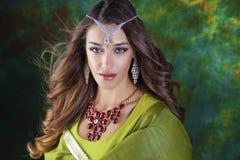 Retrato indio de la mujer de la moda hermosa con el accessorie oriental Fotos de archivo libres de regalías