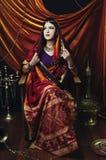 Retrato indio moreno de la mujer de la belleza Muchacha modelo hindú con los ojos marrones Muchacha india en sari Foto de archivo