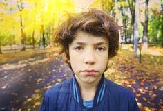Retrato infeliz triste al aire libre ascendente cercano del muchacho Fotografía de archivo