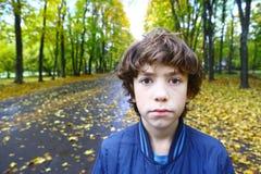 Retrato infeliz triste al aire libre ascendente cercano del muchacho Imagen de archivo libre de regalías