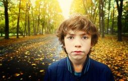 Retrato infeliz triste al aire libre ascendente cercano del muchacho Foto de archivo
