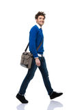 Retrato integral de caminar feliz del hombre joven Foto de archivo libre de regalías