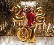 Retrato integral de dos chicas jóvenes hermosas Fotos de archivo