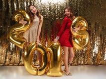 Retrato integral de dos muchachas alegres hermosas Imágenes de archivo libres de regalías