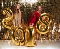 Retrato integral de dos muchachas divertidas hermosas Fotos de archivo libres de regalías