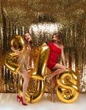 Retrato integral de dos muchachas de la cereza en vestidos brillantes Fotos de archivo libres de regalías