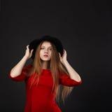 Retrato integral de la chica joven hermosa en vestido rojo y el bl Foto de archivo libre de regalías
