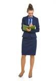 Retrato integral de la escritura de la mujer de negocios en libreta imagen de archivo