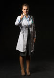 Retrato integral de la mujer del doctor que amenaza con el finger Foto de archivo