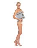 Retrato integral de la mujer en escalas de la tenencia de la ropa interior Imagen de archivo libre de regalías