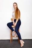 Retrato integral de la mujer hermosa joven del modelo del principiante del pelirrojo en los tejanos blancos de la camiseta que pr imagen de archivo libre de regalías