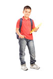 Retrato integral de un colegial con la mochila que sostiene un cuaderno Imagenes de archivo