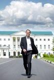 Retrato integral de un hombre de negocios joven que camina abajo de la Roa foto de archivo libre de regalías